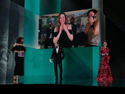 Pilar Palomero recibe el premio a mejor dirección novel por 'Las niñas' en los Goya.
