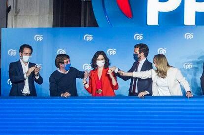 Díaz Ayuso celebra su victoria junto a Pablo Casado, Teodoro García Egea, José Luis Martínez-Almeida y Ana Camins el pasado martes en la sede del partido.