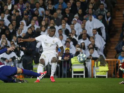 Vinicius anota el primer gol del Madrid.