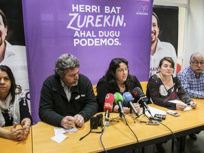 Elvira García, la segunda por la derecha, en su primera rueda de prensa tras ser elegida senadora en las elecciones generales de diciembre de 2015.