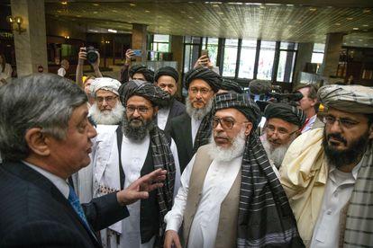 El líder político talibán Abdulghani Baradar (en primera línea a la izquierda, con barba negra) habla con el enviado especial ruso para Afganistán, Zamir Kabulov, durante su visita a Moscú el pasado mayo.