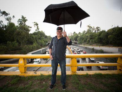 El escritor Francisco Goldman en el Circuito Interior de México DF.