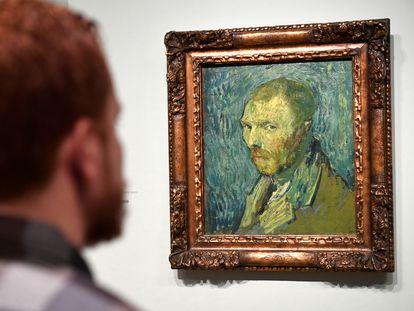 Un visitante observa un autorretrato de Van Gogh en el museo del artista en Ámsterdam, el 20 de enero de este año.