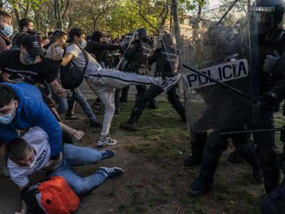 Enfrentamientos entre los manifestantes y la policía en la presentación de la lista de Vox en Vallecas (Madrid), este miércoles.