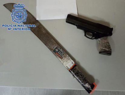 La pistola y el machete incautados a los tres detenidos tras la persecución policial.