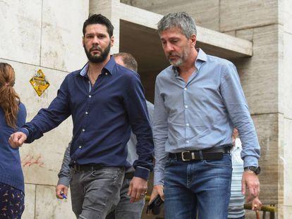 Matías y Jorge Messi luego de pagar la fianza para la libertad del hermano de Lionel.