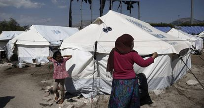 Una refugiada tiende su ropa en el antiguo Complejo Olímpico Helliniko, en Atenas.