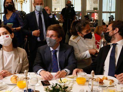 Isabel Díaz Ayuso, José Luis Martínez-Almeida y Pablo Casado en el desayuno del hotel Ritz, este martes.
