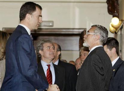 El príncipe conversa con Jesús Miranda de Larra, descendiente de Mariano José de Larra, en presencia del ministro de Cultura, César Antonio Molina