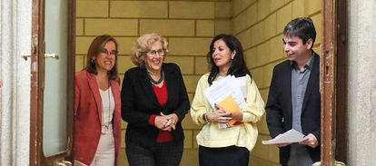 De izquierda a derecha, Purificación Causapié, Manuela Carmena, Érika Rodríguez y Jorge García Castaño, a su llegada a la presentación de los presupuestos.