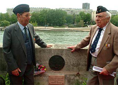 Los combatientes Luis Royo (dcha.) y Manuel Fernández posan junto a la placa conmemorativa descubierta hoy en París.