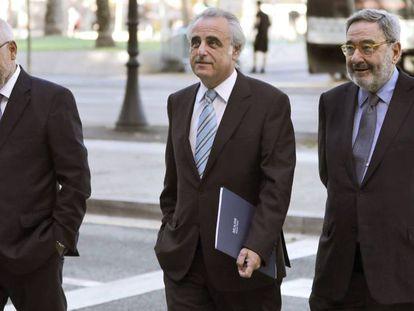 Adolf Todó, Pau Molins y Narcís Serra, a su llegada a la Audiencia de Barcelona, esta mañana.