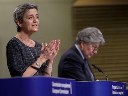 La vicepresidenta ejecutiva de la Comisión Europea Margrethe Vestager, junto al comisario de Mercado Interior, Thierry Breton, este miércoles en Bruselas.