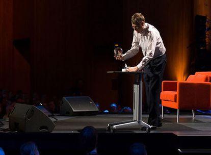 Bill Gates destapa un bote lleno de mosquitos en la conferencia TED2009 celebrada en California
