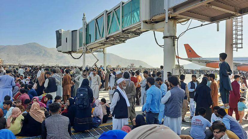 Afganistán: Vídeo | Cientos de afganos intentan huir del país en los  aviones militares | Vídeos | EL PAÍS