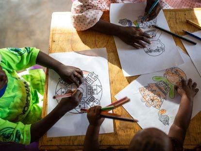 Actividad de apoyo psicosocial para niños realizada por el equipo de MSF en el Hospital General de Maroua, en Camerún. No representa a la niña de la que hablamos en este testimonio.