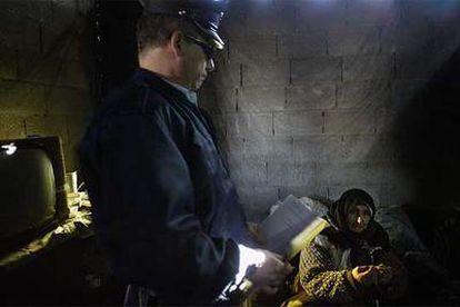 Un policía israelí muestra la orden judicial para derribar la casa de una familia palestina de 11 miembros en Beit Hanina.
