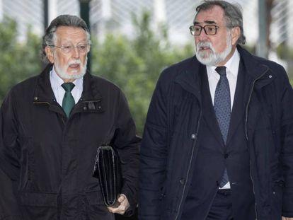Alfonso Grau, a la izquierda, en abril, ante la Audiencia de Valencia. En vídeo, comparecencia de Grau en noviembre de 2014, rechazando dimitir como vicealcalde de Valencia.