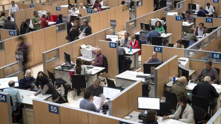 Empleados en una delegación de la Agencia Tributaria en Madrid.