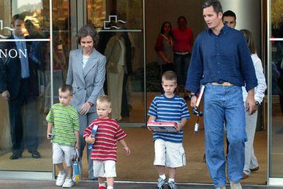 La reina Sofía, a su salida de la clínica, junto a Iñaki Urdangarín y sus tres hijos.
