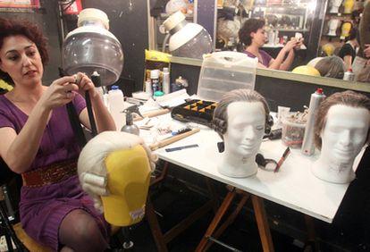 Una peluquera retoca ayer en el Arriaga una de las pelucas que se utilizan en 'Beaumarchais'.