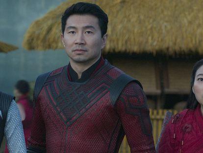 Desde la izquierda, Meng'er Zhang, Simu Liu y Awkwafina, en 'Shang-Chi y la leyenda de los diez anillos'. En el vídeo, tráiler de la película.