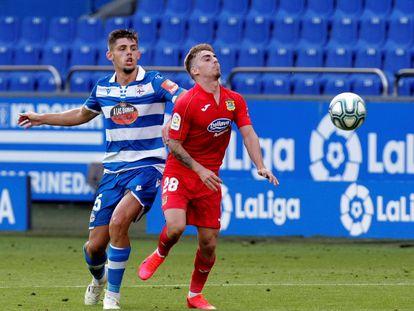 Montero pugna por un balón con Alberto durante el Deportivo-Fuenlabrada.