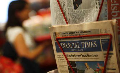 Ejemplares del 'Financial Times Deutschland' en una tienda de Frankfurt.