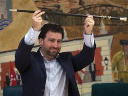 Pedro del Cura con la vara de mando.
