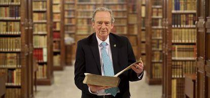 José Manuel Blecua, con el 'Diccionario de autoridades', publicado en el siglo XVIII, en la biblioteca de la RAE.