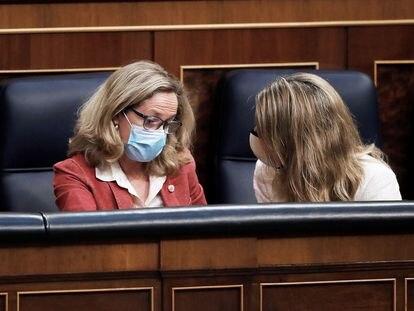 Las vicepresidentas Nadia Calviño y Yolanda Díaz, en el Congreso el pasado 21 de abril.