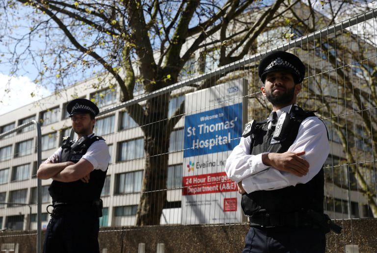 Dos policías vigilan el hospital en el que estaba ingresado Boris Johnson, el pasado lunes en Londres.