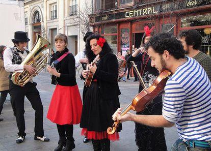 Los músicos tocan contra la ordenanza que plantea prohibir las actuaciones en la calle.