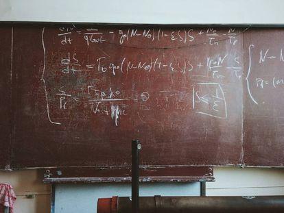 Una pizarra con fórmulas matemáticas.