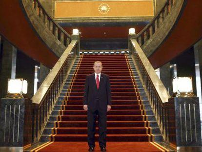 Recep Tayyip Erdogan, presidente turco, posa en su palacio.