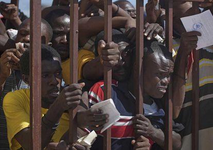 Haitianos intentan obtener sus tarjetas de identidad en Cité Soleil, Puerto Príncipe, en 2010