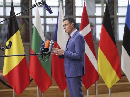 Pedro Sánchez atiende a los medios este jueves en Bruselas.