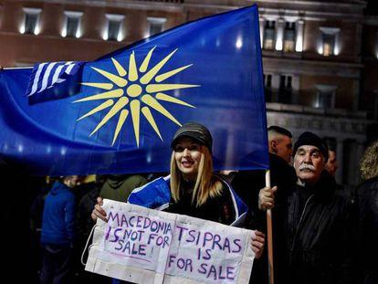Un manifestante con una bandera con la estrella de Vergina (símbolo de la Macedonia griega), este jueves en Atenas.