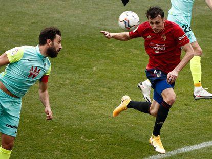 Budimir se dispone a cabecear para marcar el segundo gol de Osasuna.
