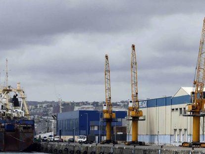 Cuatro grúas paradas en uno de los muelles del puerto de Las Palmas durante la huelga de la estiba.
