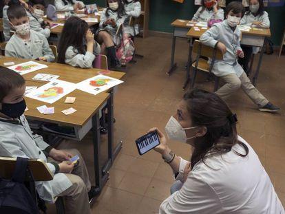La docente Cecilia Ureña imparte clase de música a alumnos de primero y segundo de Primaria en el colegio Santo Domingo, en Oviedo.