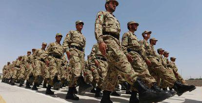 Soldados afganos participan en un desfile en la ciudad de Herat.