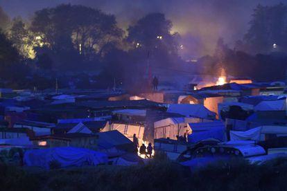 Imagen nocturna del campamento de Calais.