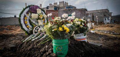 Tumba de una víctima de feminicidio en el Estado de México