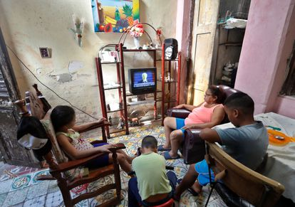 Una familia observa por televisión la ceremonia de investidura de Joe Biden, el pasado 20 de enero en La Habana (Cuba).