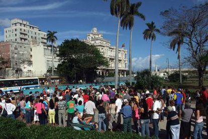 Cientos de cubanos hacen cola frente al Consulado General de España en La Habana en 2008.