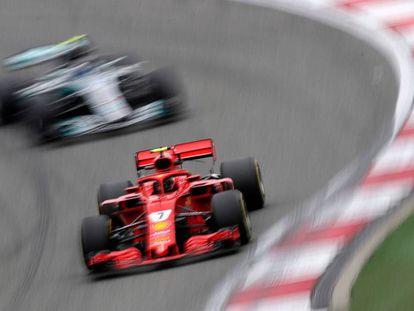 El Ferrari de Kimi Raikkonen, por delante del Mercedes de Valtteri Bottas en un entrenamiento en China.