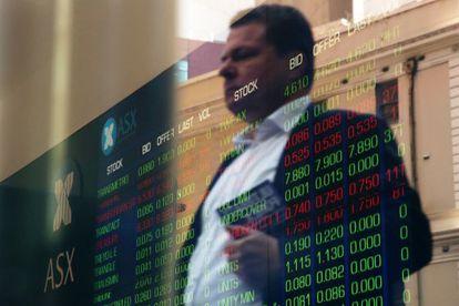 Un inversor observa una pantalla con cotizaciones.