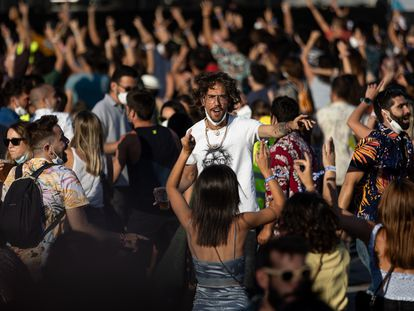 Jóvenes sin mascarillas ni distancia de seguridad, el sábado en el Cruïlla.