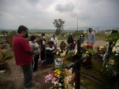 Familiares despiden a Carolina Sacramento, fallecida por la covid-19, en el panteón Civil de Chalco en el Estado de México.